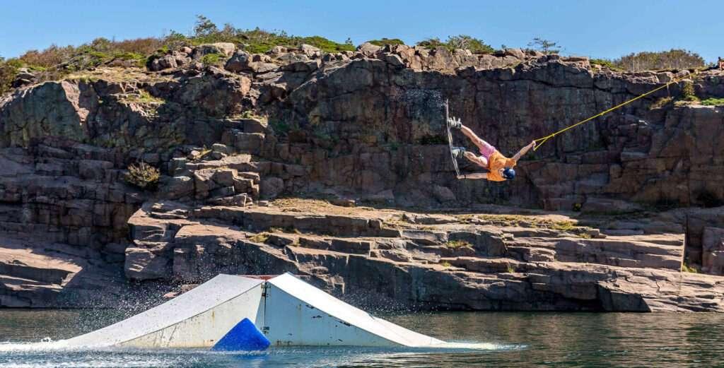 De bygger gemenskap. Wakeboardåkaren Henning Jorlén hoppar på vatten.
